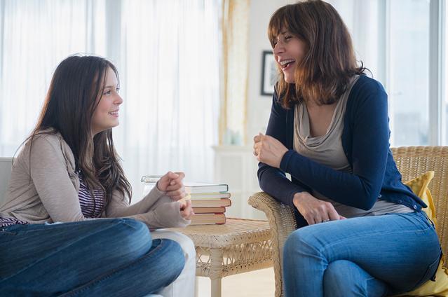 Une adolescente en pleine conversation avec sa mère.