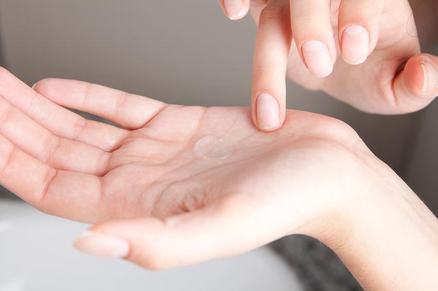 La main d'une personne avec une lentille de contact dans sa paume.
